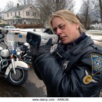 police-officer-using-a-radar-gun-at-a-speed-trap-in-new-haven-ct-usa-ar9c4e